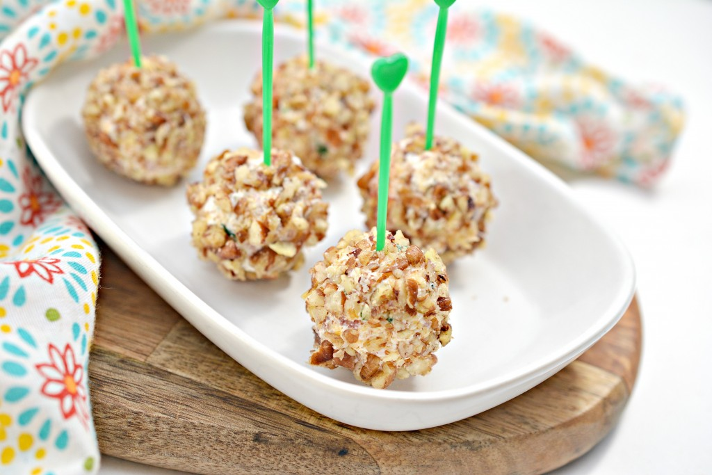 Mini Keto Cheese Balls With Bacon and Pecan